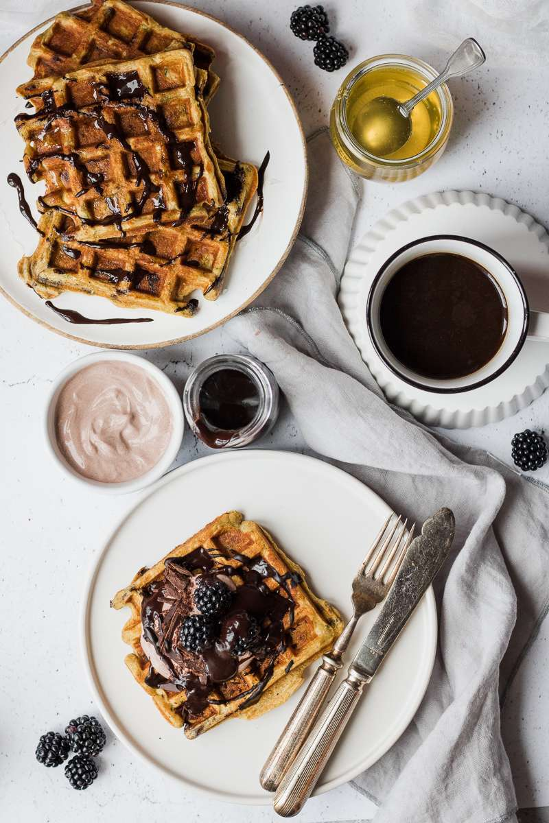 Colazione con waffle di zucchine iperproteici al cioccolato