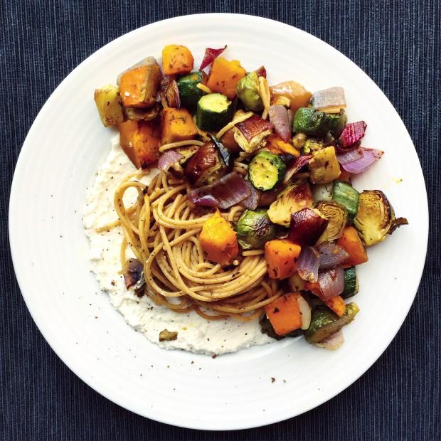Spaghetti integrali con verdure arrosto e ricotta di capra