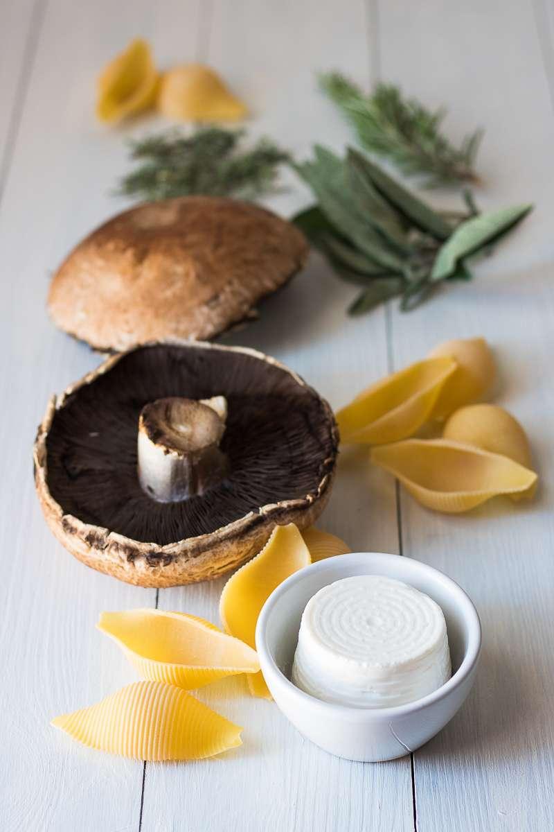 Pasta al forno ai funghi e sugo aromatico - vegetariana