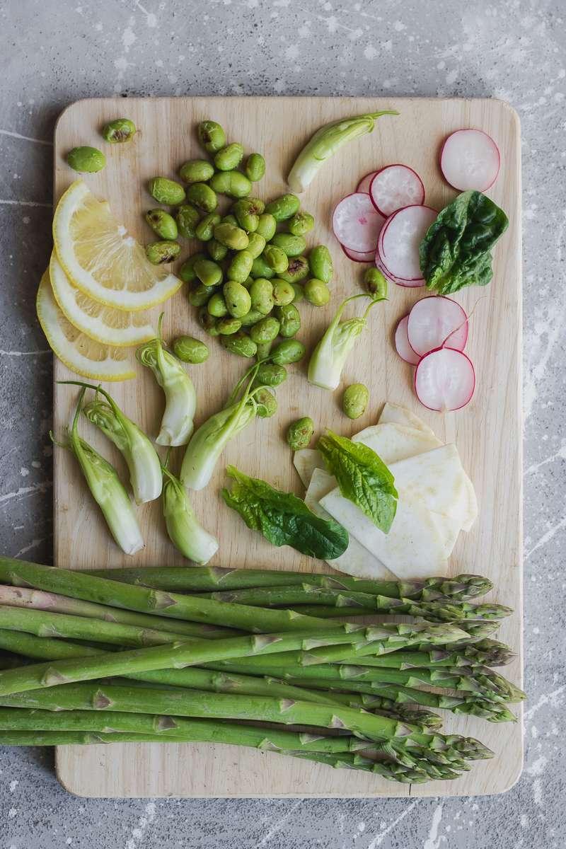 Insalata di asparagi e verdure primaverili