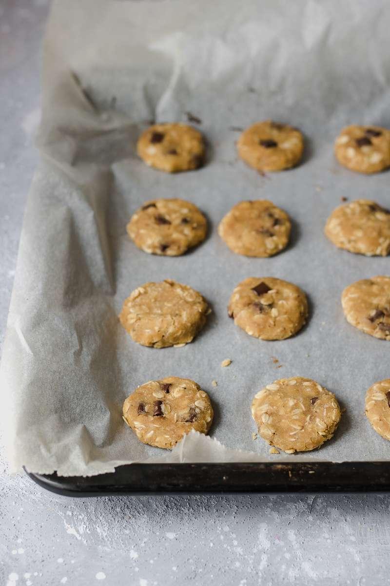 Biscotti all'avena e cioccolato pronti per la cottura in forno