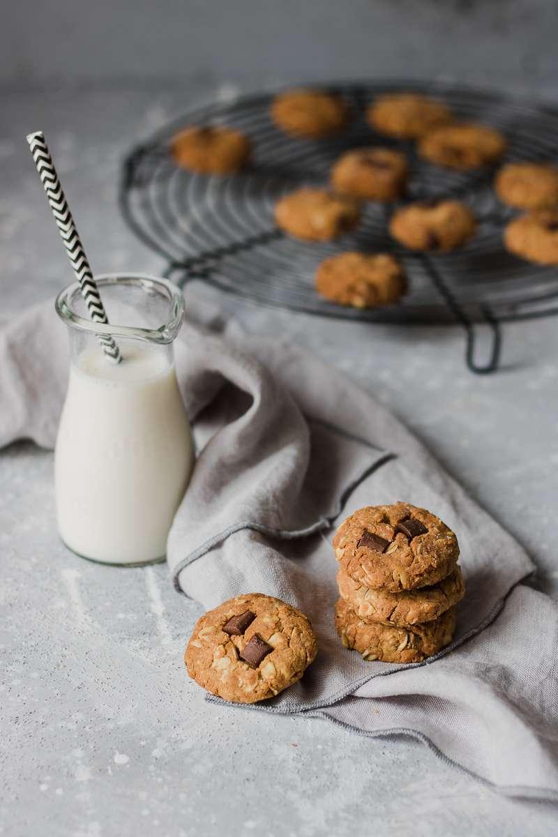 Biscotti all'avena e cioccolato appena sfonati, senza zuccheri raffinati, senza burro e senza glutine, perfetti insieme al lette freddo