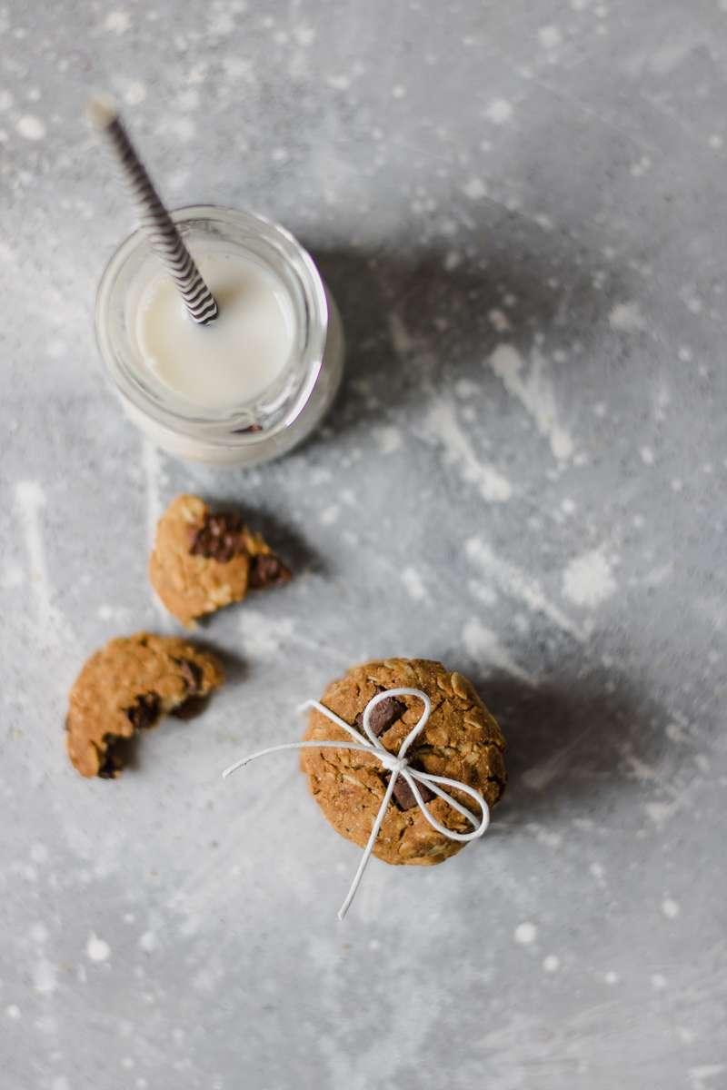 Biscotti all'avena e cioccolato senza zuccheri raffinati, senza burro e senza glutine, perfetti insieme al lette freddo