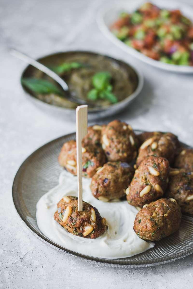Polpettine di manzo speziate in stile mediorientale, con crema di melanzane arrostite e salsa alla tahina, LOW CARB