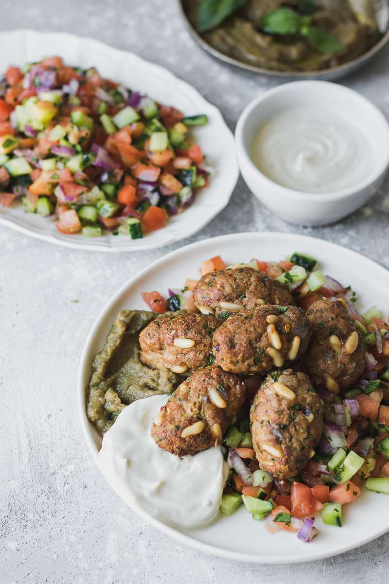 Polpettine di manzo speziate in stile mediorientale, con contorno di insalata israeliana, crema di melanzane arrostite e salsa alla tahina, LOW CARB