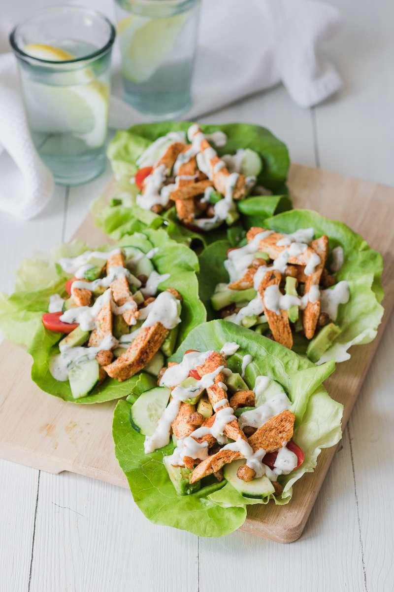 Wrap di lattuga con pollo, insalata di cetrioli e pomodori, avocado e salsa greca, low carb