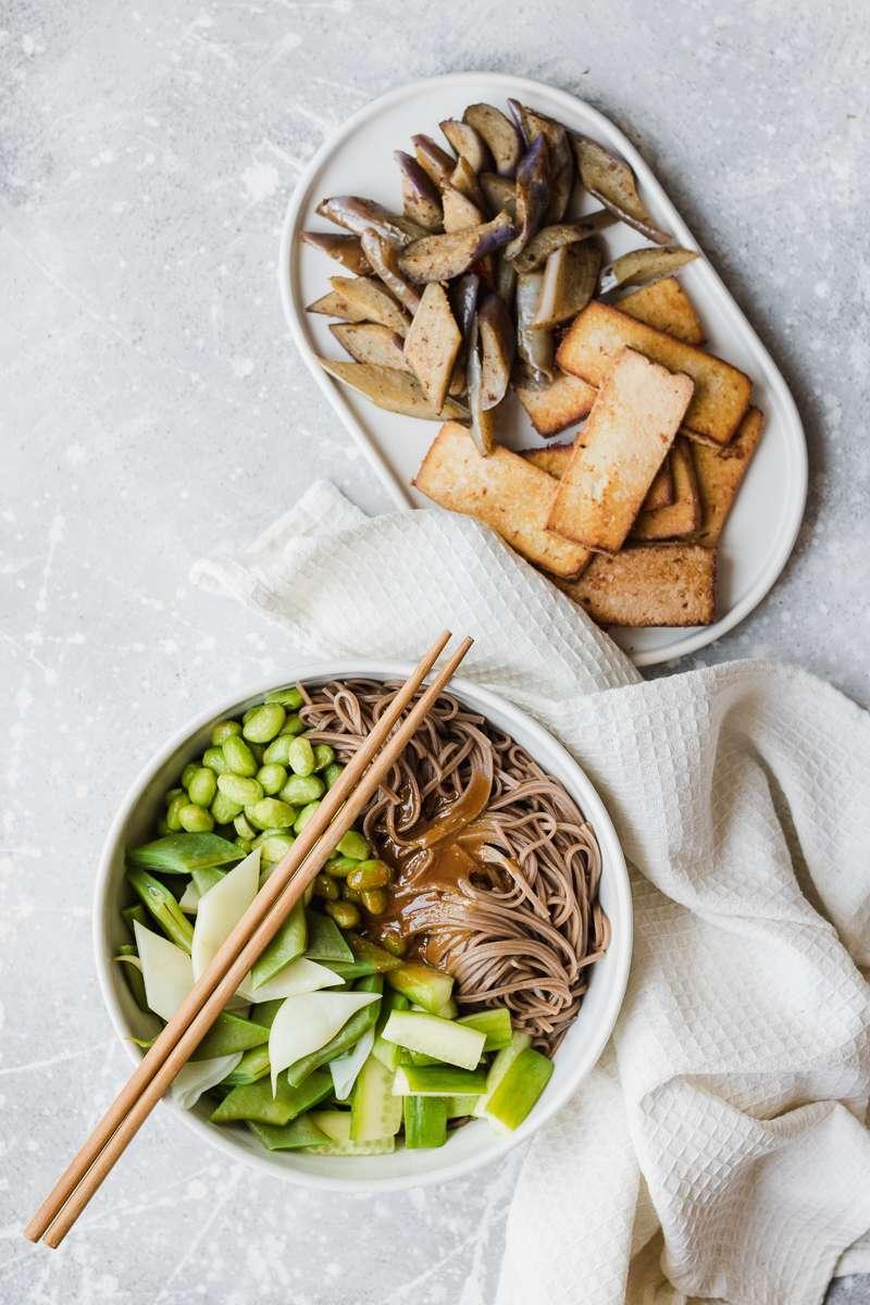 Preparazione dell'insalata di soba con cetrioli, esamame, tofu, taccole