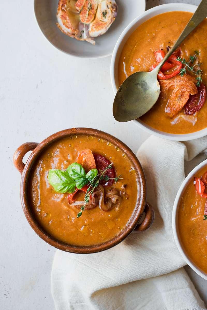 Tre ciotole di zuppa estiva di verdura arrosto