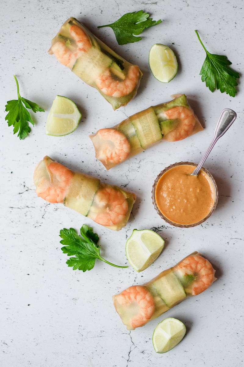 involtini vietnamiti di carta di riso integrale, con gamberi e verdura e salsa al burro di arachidi e mango, senza glutine e senza latticini