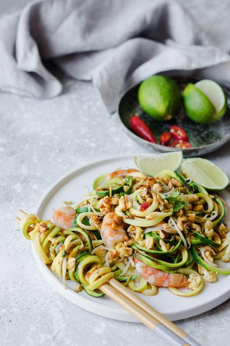 Pad thai low carb di zoodles senza glutine e senza latticini