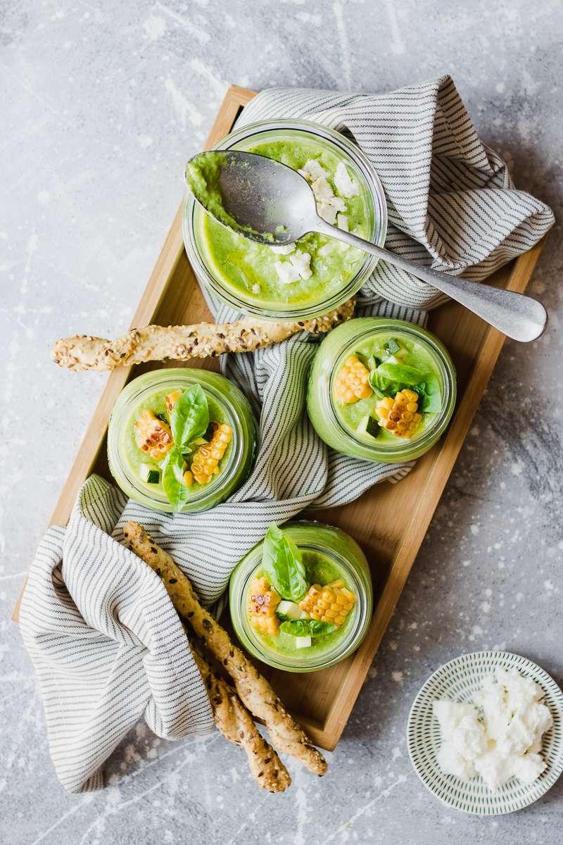 Barattoli con gazpacho di zucchine e avocado con mais feta e grissini