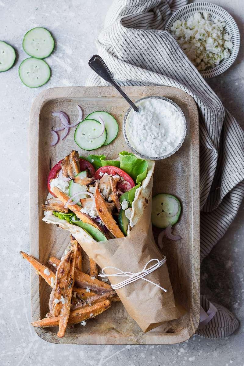 Pita gyros con salsa tzatziki, patate dolci e verdure