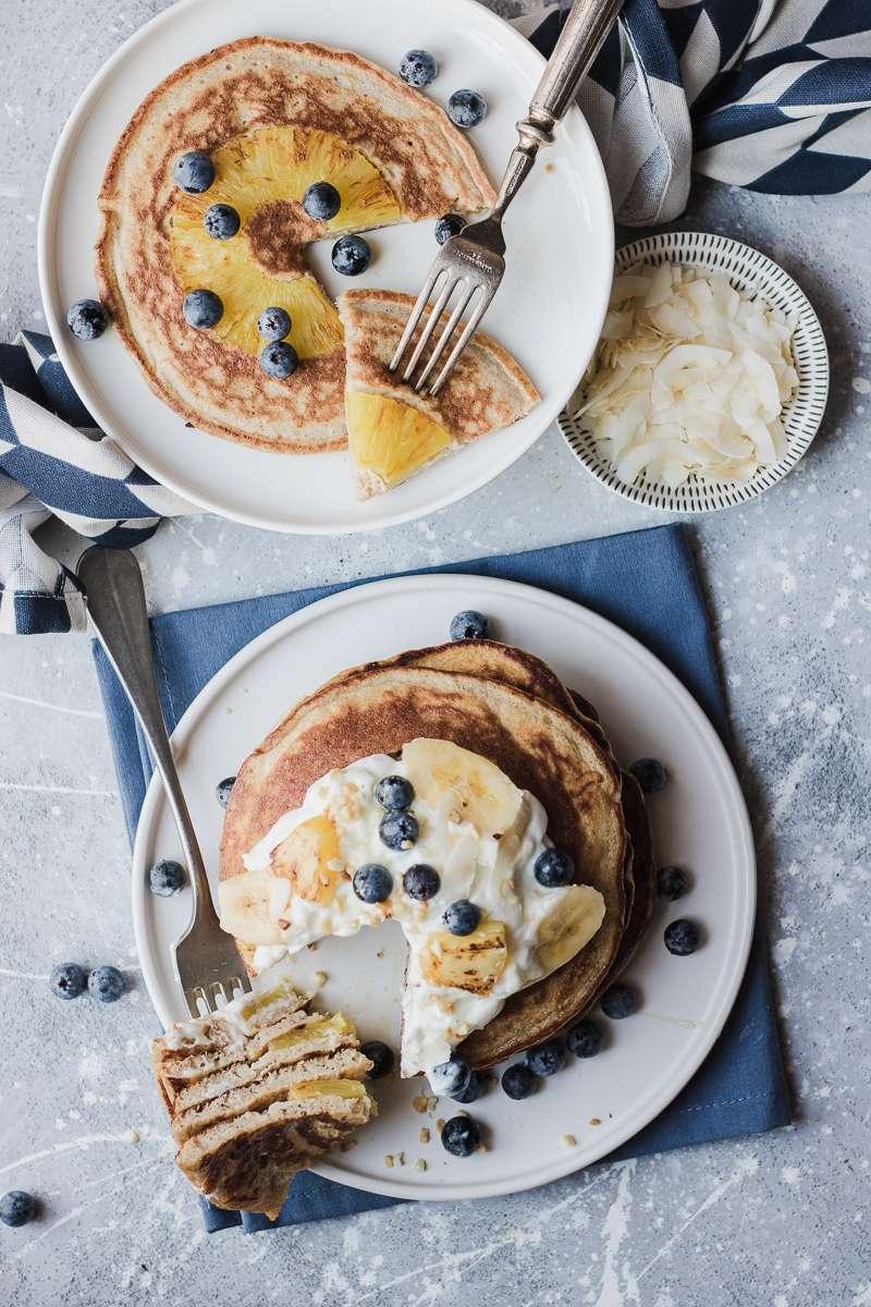 Pancake all'ananas rovesciati con banana e mirtilli