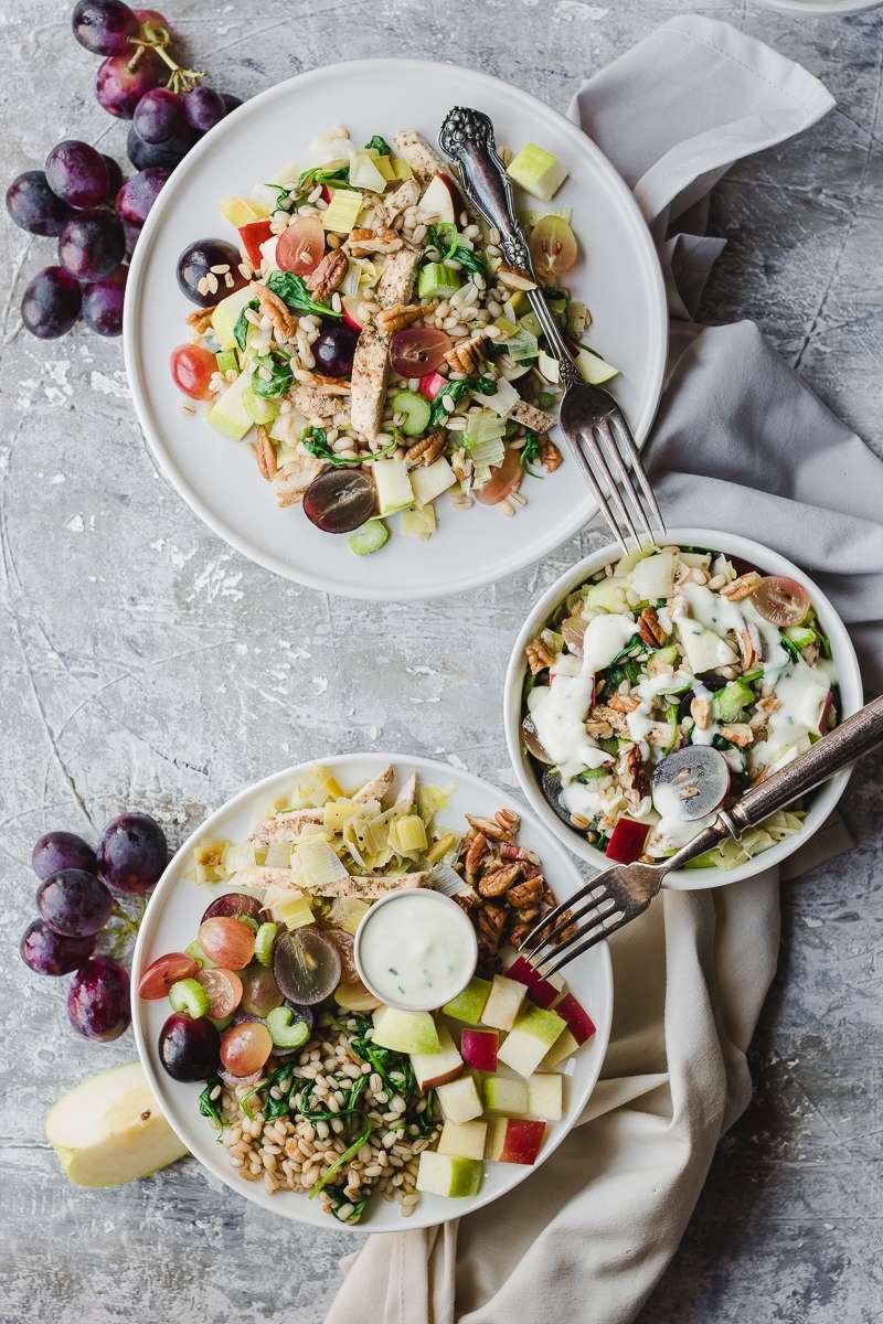 Tre piatti di insalata waldorf con pollo e orzo