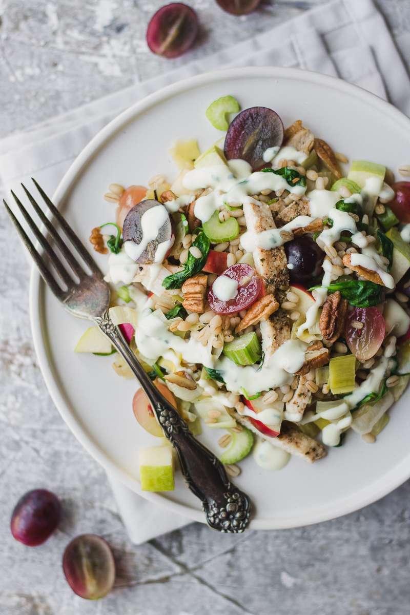 Piatto di insalata waldorf con pollo e orzo