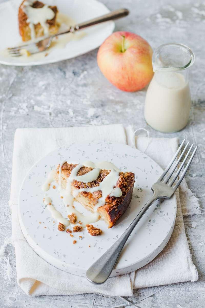 Fetta di torta di mele morbida con salsa alla vaniglia