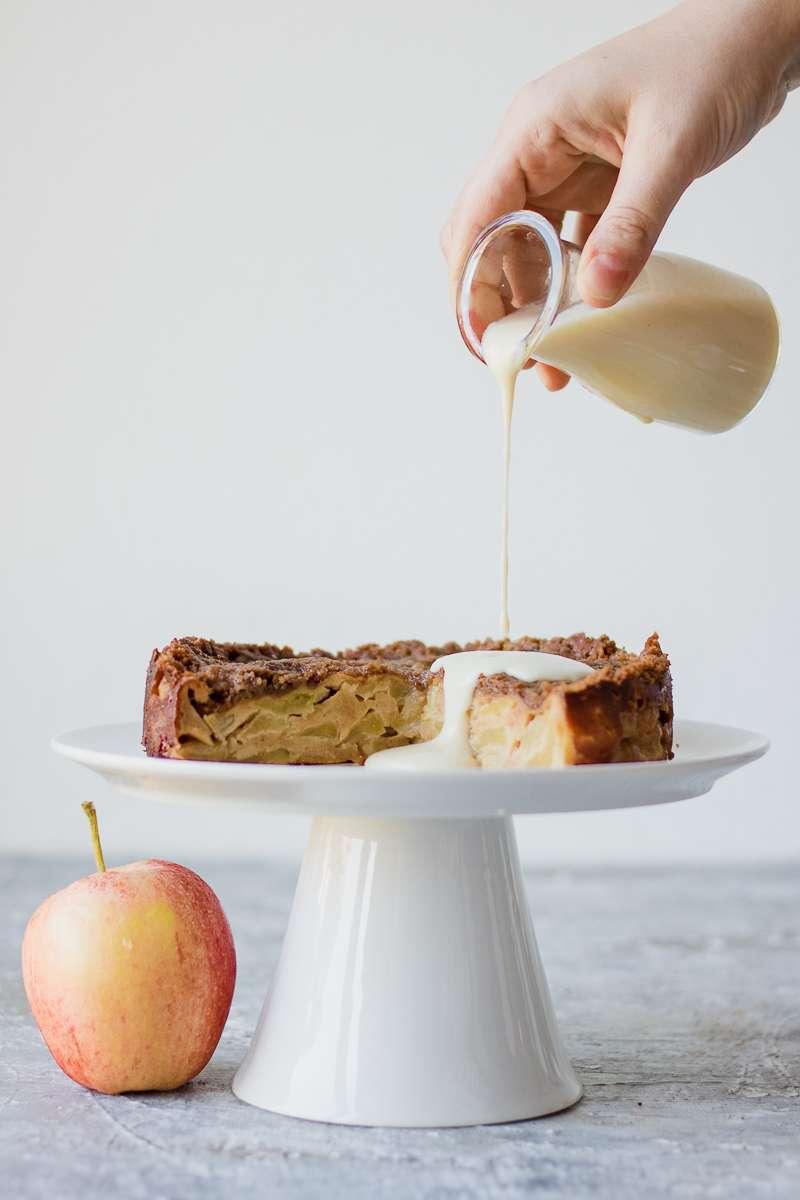 Colata di salsa alla vaniglia sulla torta di mele morbida